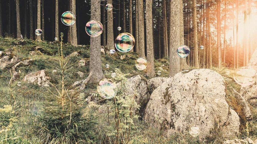 مارليز بلانك بافتتان كبير بالتأثير السريالي لفقاعات الصابون الكبيرة العائمة وسط المناظر الطبيعية